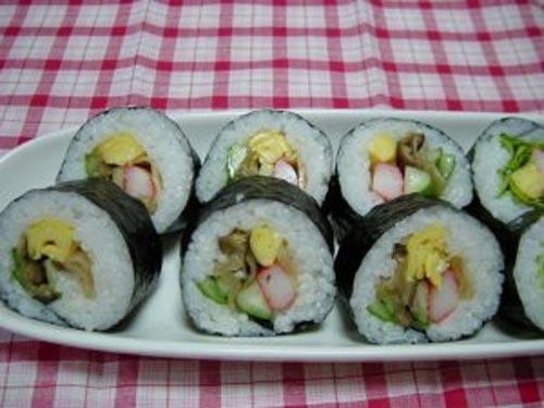 com cuon sushi6 Các bước làm món Cơm cuộn sushi chay